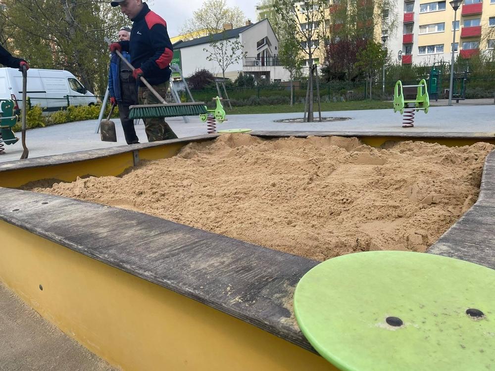 W miejskich piaskownicach na dzieci czeka już czysty piasek 5