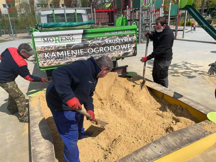W miejskich piaskownicach na dzieci czeka już czysty piasek 8
