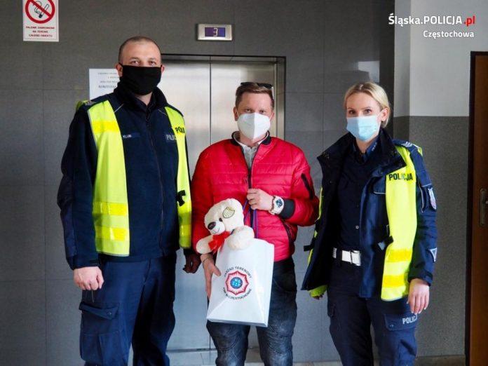 Częstochowscy policjanci eskortowali do szpitala rodzącą kobietę 3