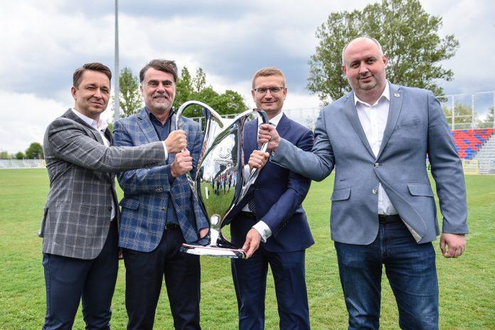 Miasto gratuluje Rakowowi sukcesów i w porozumieniu z klubem występuje do ministerstwa sportu o dofinansowanie drugiego etapu modernizacji Centrum Piłki Nożnej na stadionie klubu piłkarskiego 12