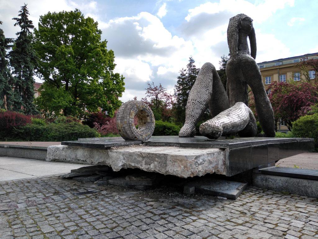Częstochowski Skwer Solidarności wygląda jak porzucony, zaniedbany ogród, który nie ma właściciela 9
