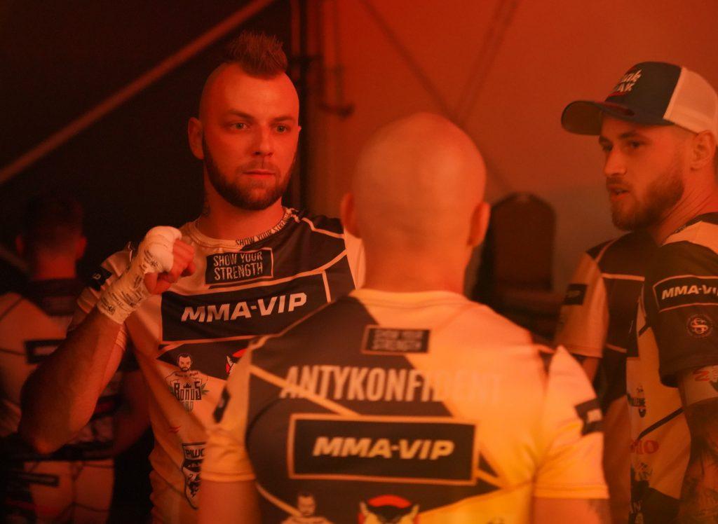 """W walce wieczoru podczas Gali MMA VIP 2 w Częstochowie """"Antykonfident"""" przydusił """"Żuroma"""" 5"""