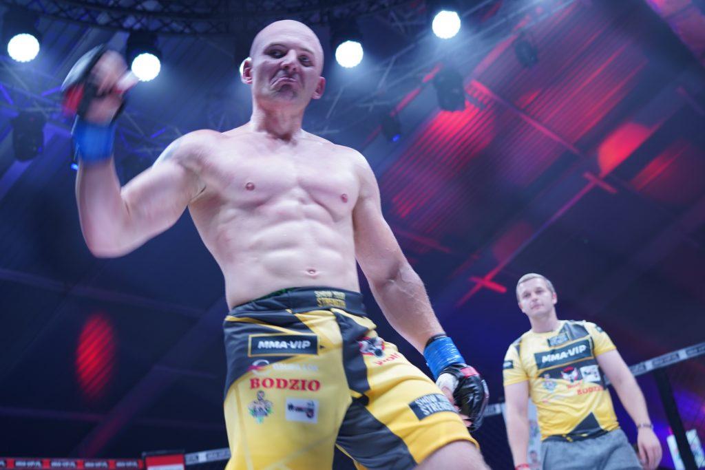 """W walce wieczoru podczas Gali MMA VIP 2 w Częstochowie """"Antykonfident"""" przydusił """"Żuroma"""" 22"""