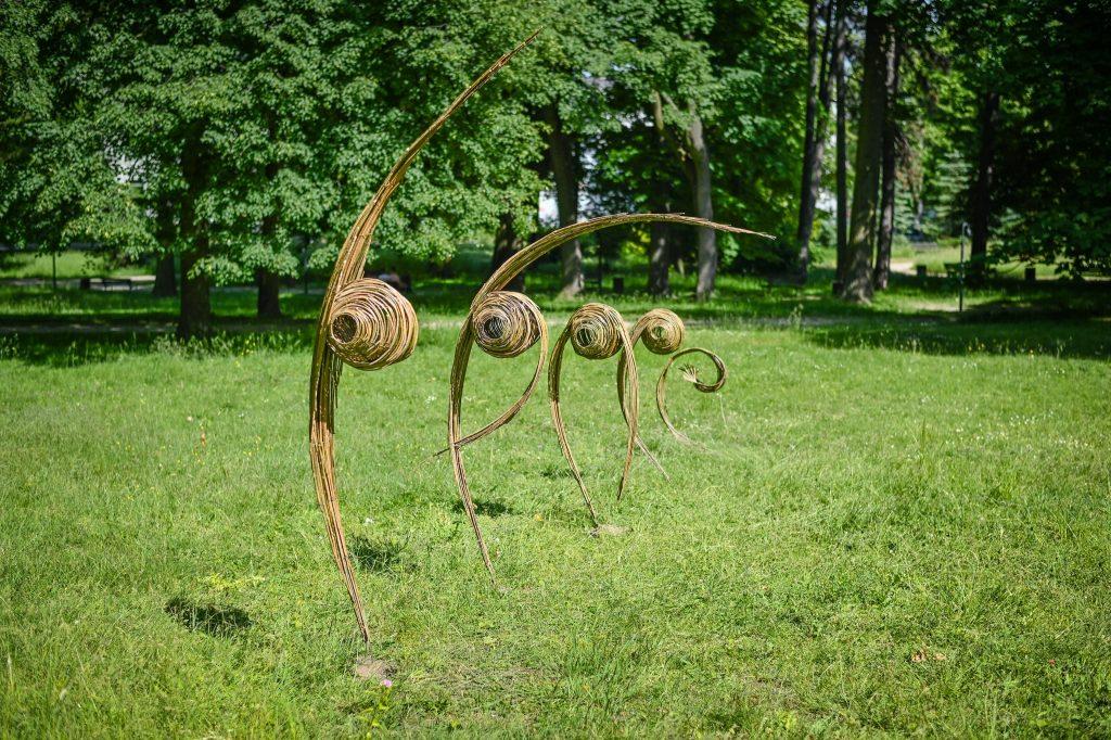 Widzieliście już wiklinowe rzeźby w Parku im. Staszica? Ich autorem jest Mirosław Maszlanko 2