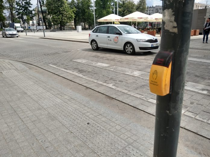W Częstochowie będą włączać przyciski przy przejściach dla pieszych 6