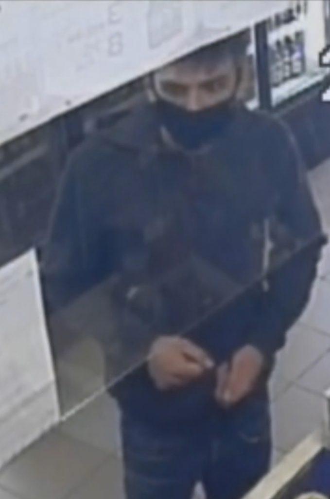 Chory na raka nastolatek czeka na ratunek, a złodziej ukradł puszkę z datkami na jego leczenie 1