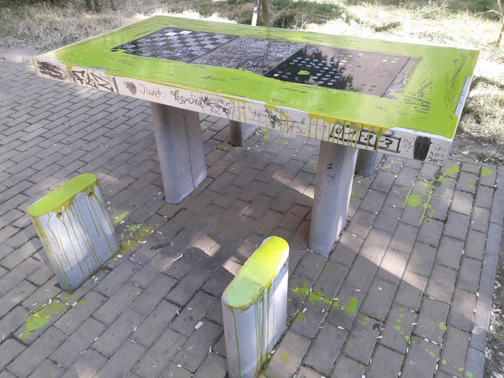 Wandale niszczą miejsca wypoczynku w mieście 8