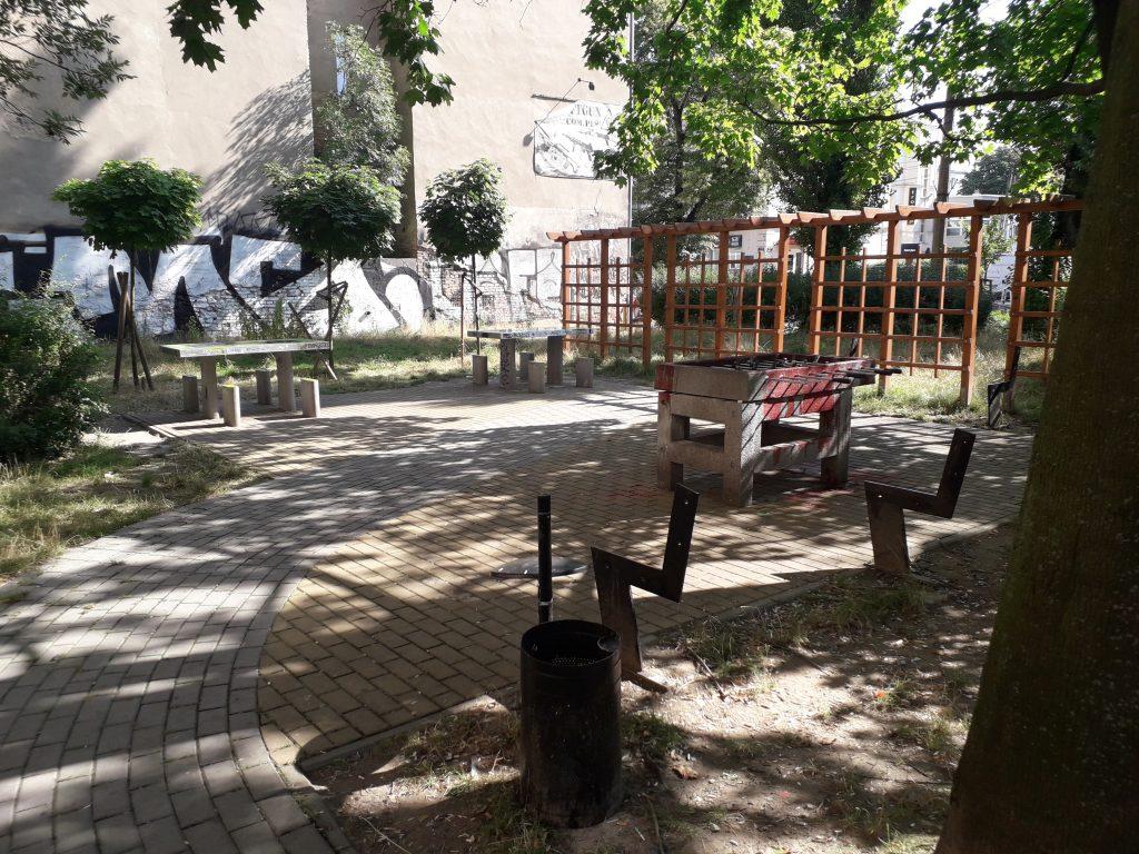 Wandale niszczą miejsca wypoczynku w mieście 10