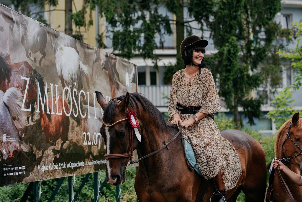 """Parada koni zainaugurowała w Częstochowie wystawę """"Z miłości i wiatru"""" [GALERIA ZDJĘĆ] 17"""
