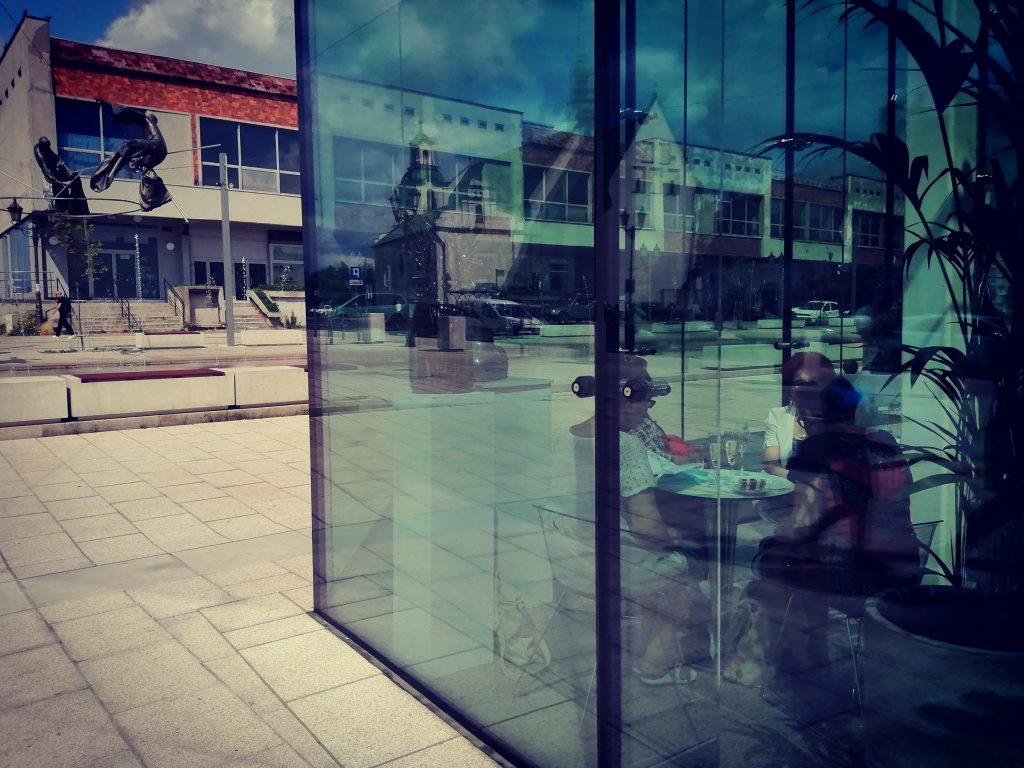 W szklanym pawilonie na Starym Rynku otwarto Kawiarnię Alternatywa 21. Poprowadzą ją osoby z niepełnosprawnością 9