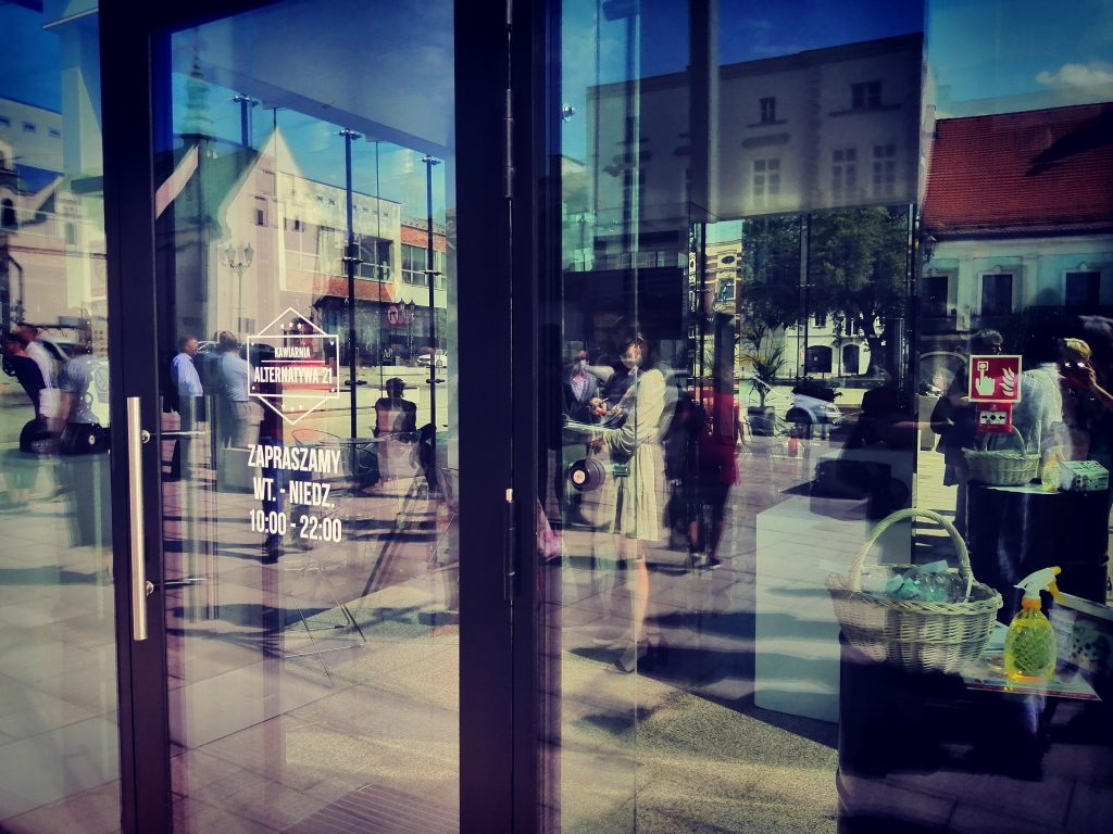 W szklanym pawilonie na Starym Rynku otwarto Kawiarnię Alternatywa 21. Poprowadzą ją osoby z niepełnosprawnością 11
