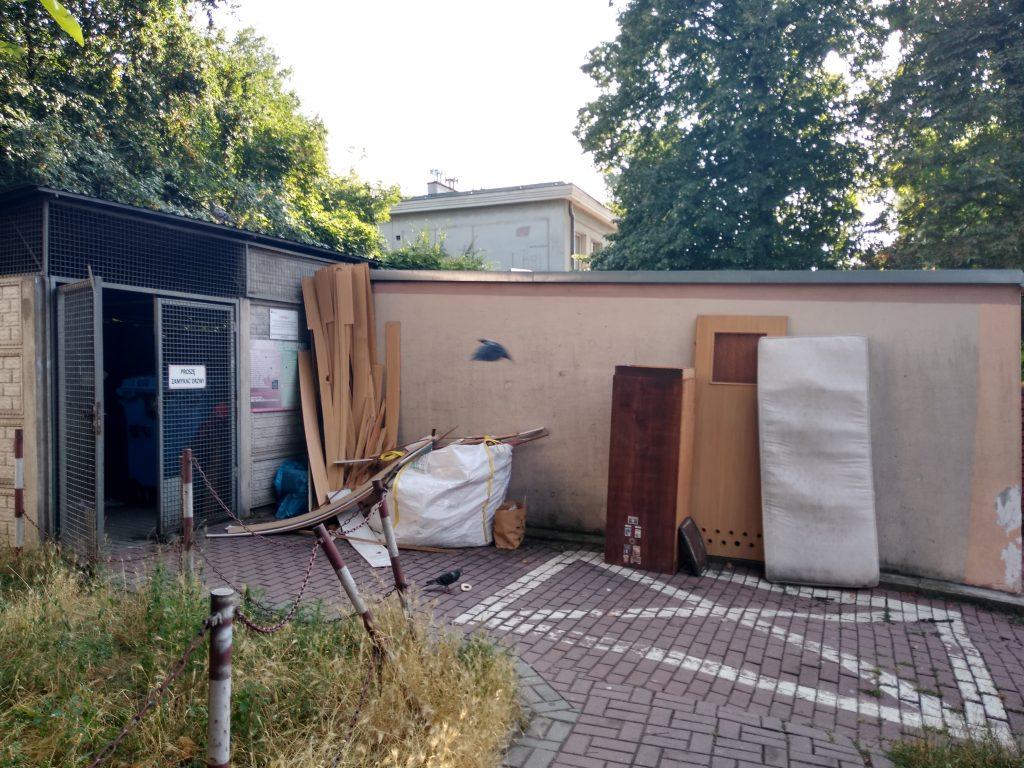 Lato, czas remontów i... podrzucanych śmieci 1