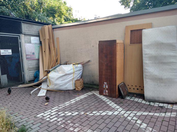 Lato, czas remontów i... podrzucanych śmieci 3
