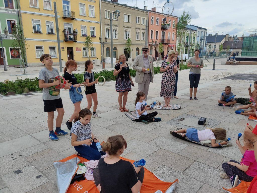 """Na częstochowskim Starym Mieście trwa akcja """"Czytanie w bramie"""". Najbliższe spotkanie 16 lipca! 4"""