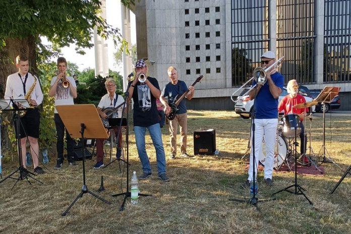 Muzyczny happening pod częstochowskim pomnikiem Louisa Armstronga 5