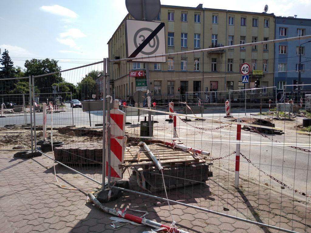 Skrzyżowania na ulicy Jasnogórskiej i w alei Jana Pawła II mają być otwarte w tym samym czasie, najpóźniej 15 sierpnia - zapowiada częstochowskie MZD 3