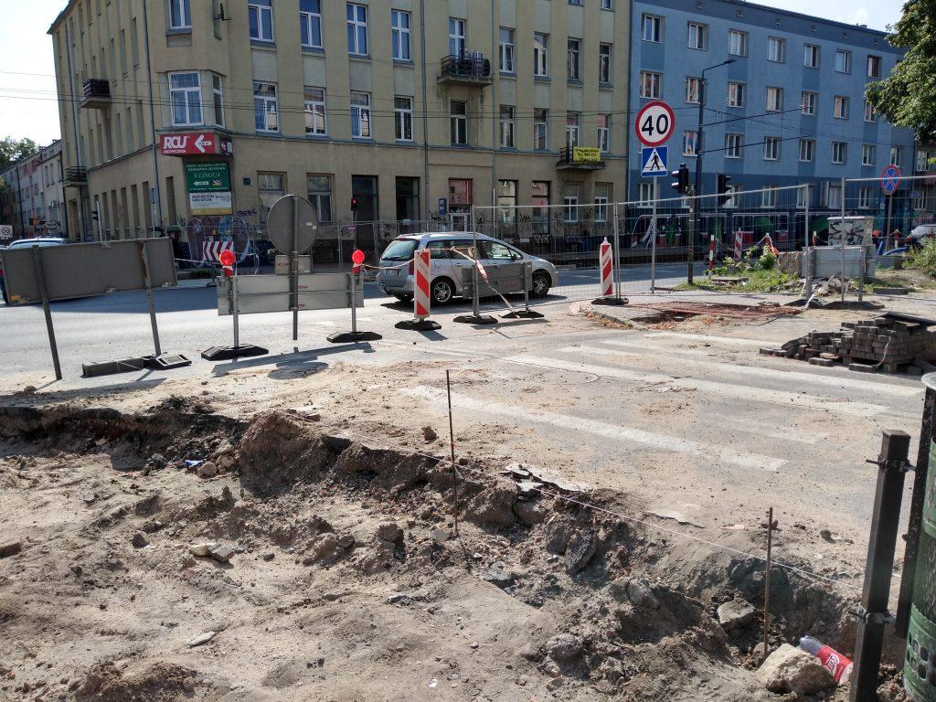 Skrzyżowania na ulicy Jasnogórskiej i w alei Jana Pawła II mają być otwarte w tym samym czasie, najpóźniej 15 sierpnia - zapowiada częstochowskie MZD 4