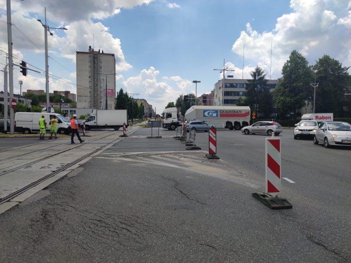 Zmiana organizacji ruchu na skrzyżowaniu alei Jana Pawła II z aleją Armii Krajowej 2
