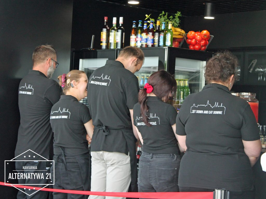 W szklanym pawilonie na Starym Rynku otwarto Kawiarnię Alternatywa 21. Poprowadzą ją osoby z niepełnosprawnością 6