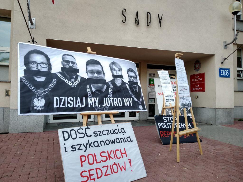 Pikieta w obronie sądów. Protestowali, bo chcą niezależnych sędziów oraz Polski w Unii Europejskiej 1