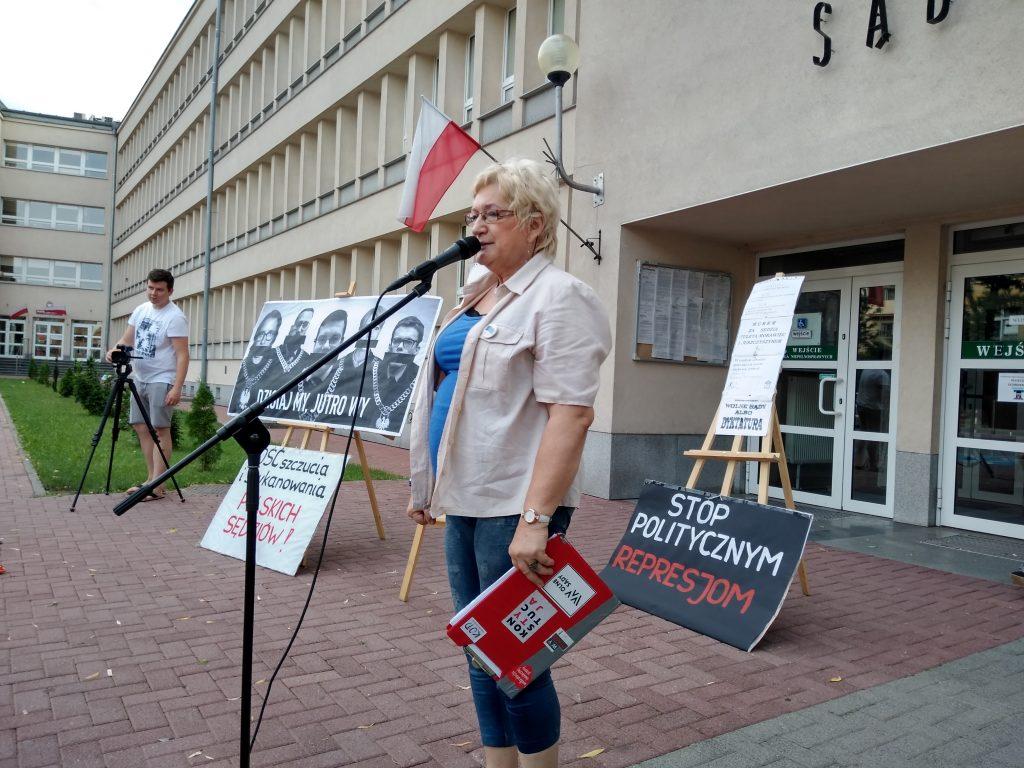 Pikieta w obronie sądów. Protestowali, bo chcą niezależnych sędziów oraz Polski w Unii Europejskiej 8