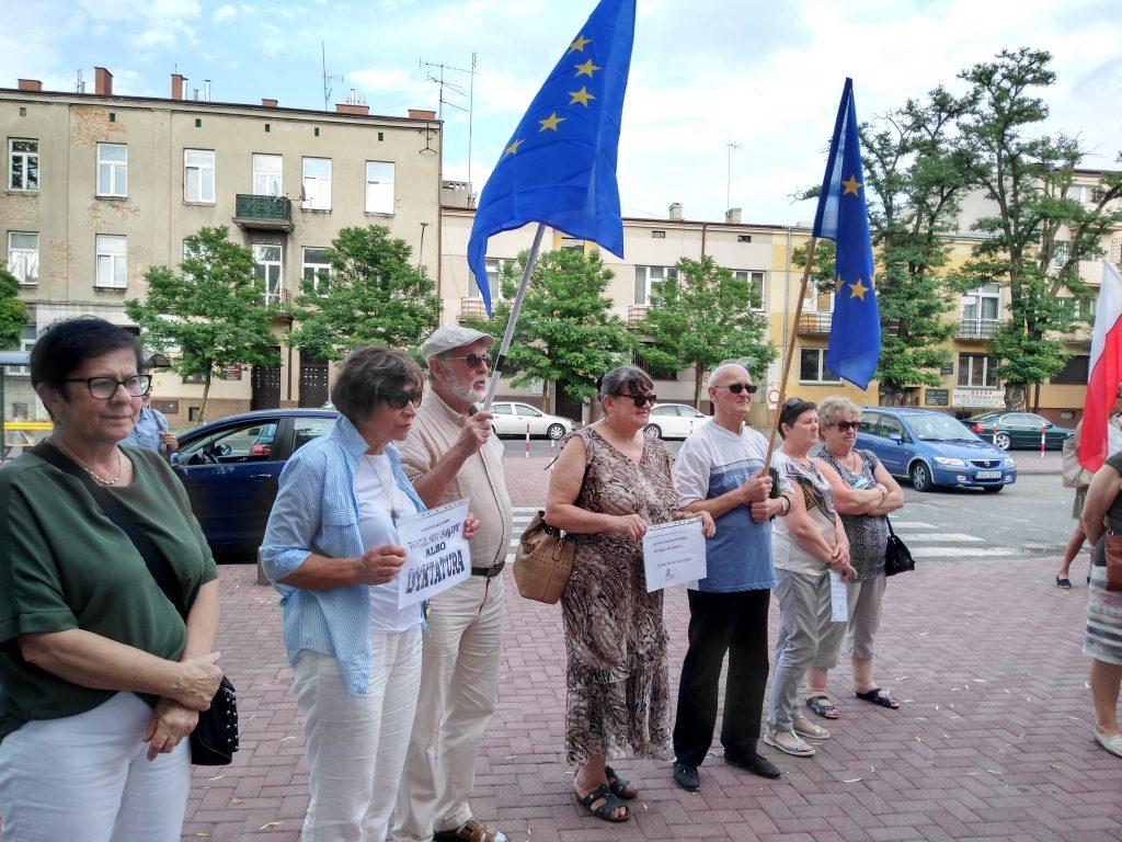 Pikieta w obronie sądów. Protestowali, bo chcą niezależnych sędziów oraz Polski w Unii Europejskiej 9