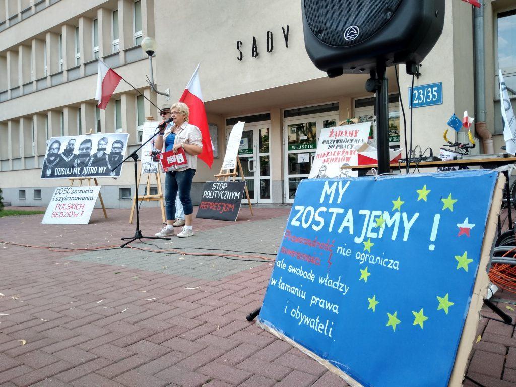 Pikieta w obronie sądów. Protestowali, bo chcą niezależnych sędziów oraz Polski w Unii Europejskiej 10
