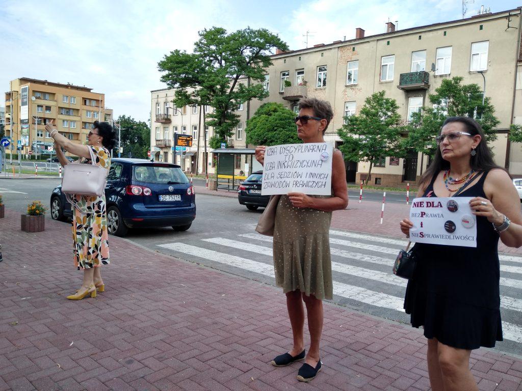Pikieta w obronie sądów. Protestowali, bo chcą niezależnych sędziów oraz Polski w Unii Europejskiej 12