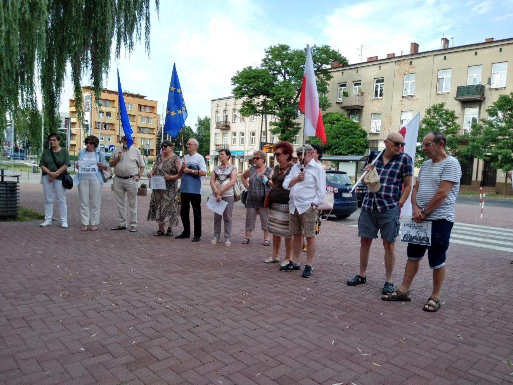 Pikieta w obronie sądów. Protestowali, bo chcą niezależnych sędziów oraz Polski w Unii Europejskiej 15