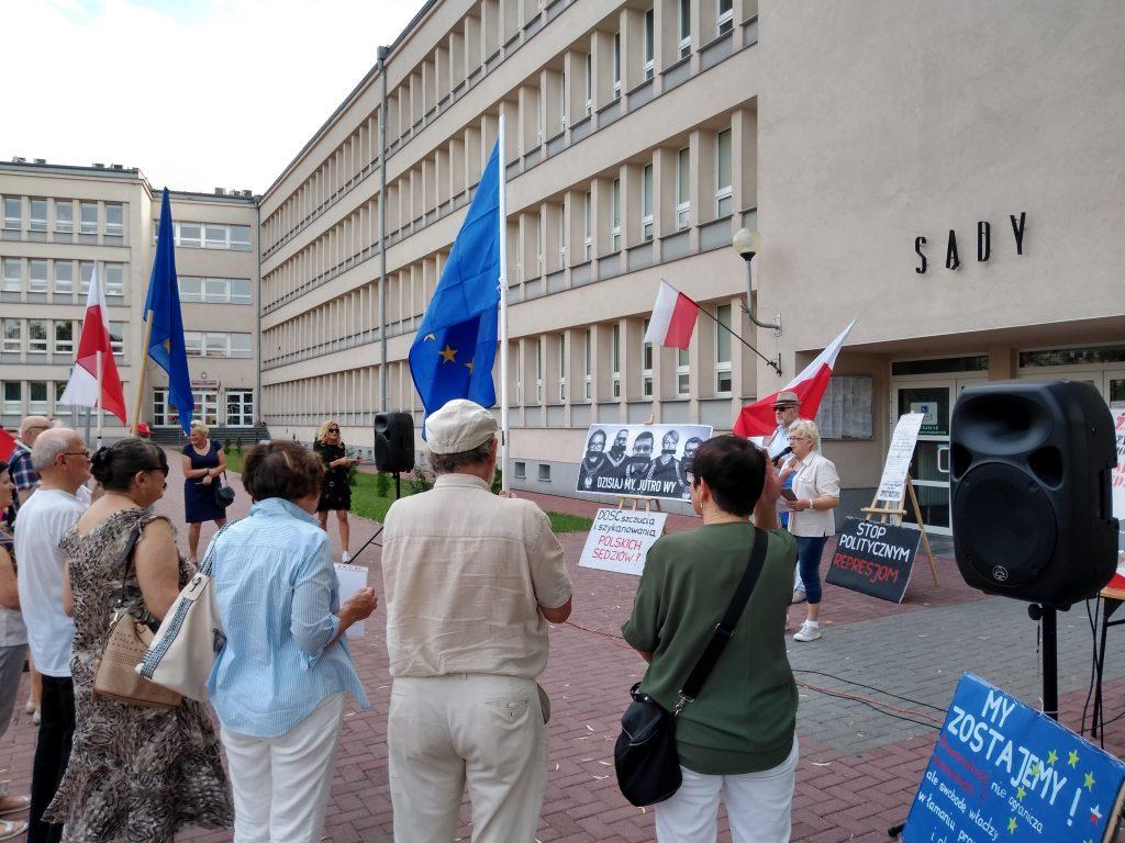 Pikieta w obronie sądów. Protestowali, bo chcą niezależnych sędziów oraz Polski w Unii Europejskiej 16