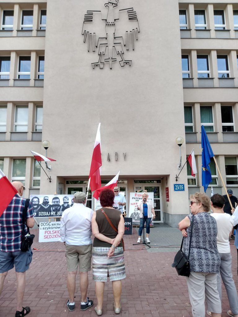 Pikieta w obronie sądów. Protestowali, bo chcą niezależnych sędziów oraz Polski w Unii Europejskiej 17