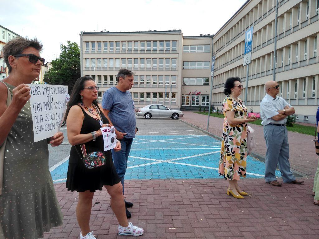 Pikieta w obronie sądów. Protestowali, bo chcą niezależnych sędziów oraz Polski w Unii Europejskiej 18
