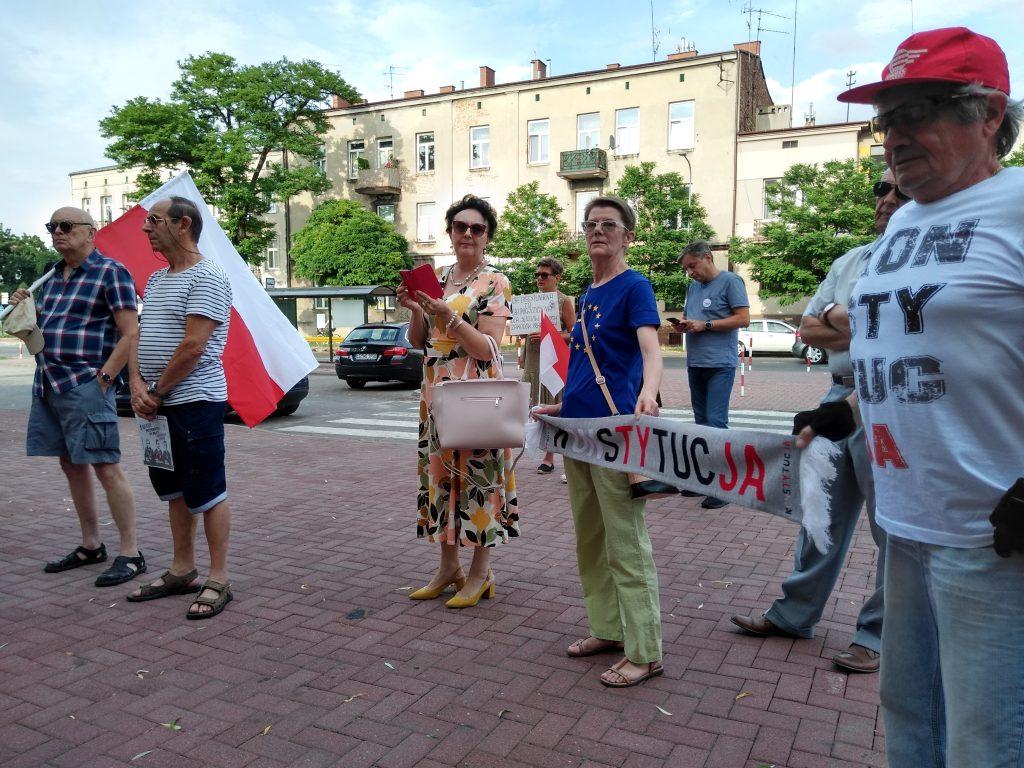 Pikieta w obronie sądów. Protestowali, bo chcą niezależnych sędziów oraz Polski w Unii Europejskiej 19