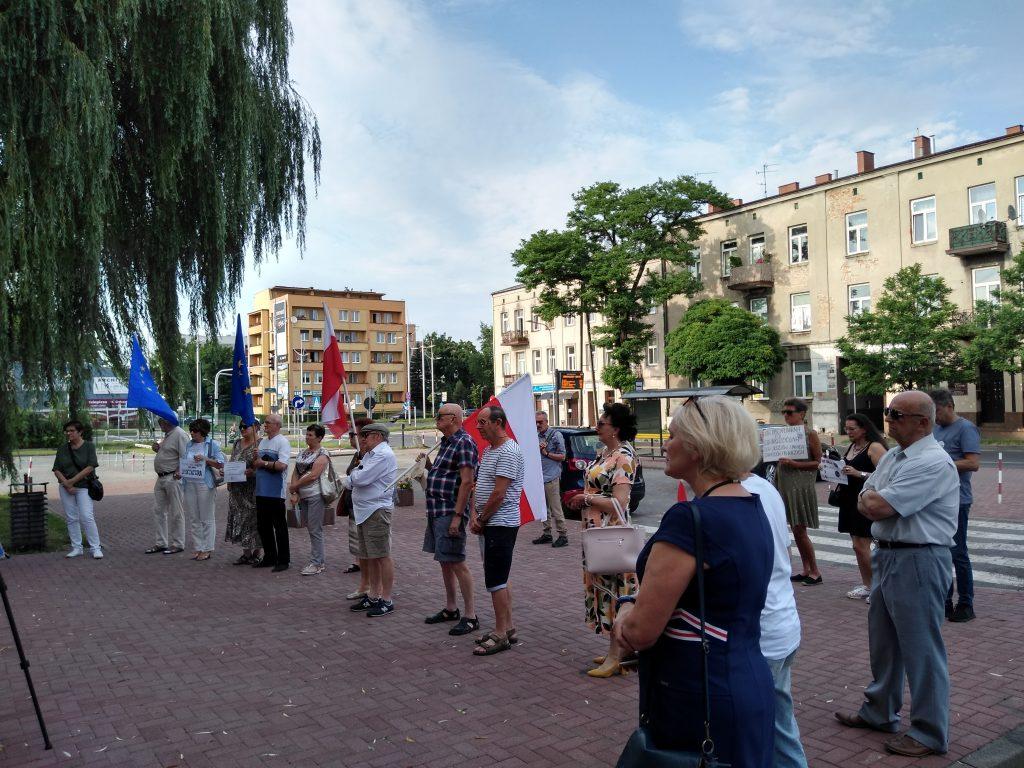 Pikieta w obronie sądów. Protestowali, bo chcą niezależnych sędziów oraz Polski w Unii Europejskiej 20