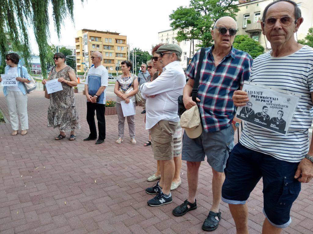 Pikieta w obronie sądów. Protestowali, bo chcą niezależnych sędziów oraz Polski w Unii Europejskiej 3