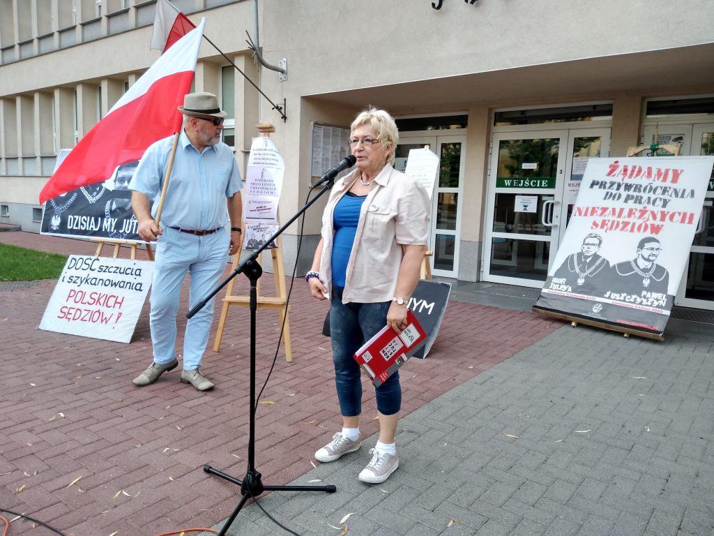 Pikieta w obronie sądów. Protestowali, bo chcą niezależnych sędziów oraz Polski w Unii Europejskiej 4