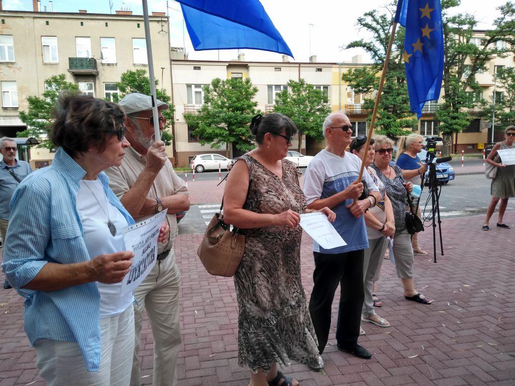Pikieta w obronie sądów. Protestowali, bo chcą niezależnych sędziów oraz Polski w Unii Europejskiej 5