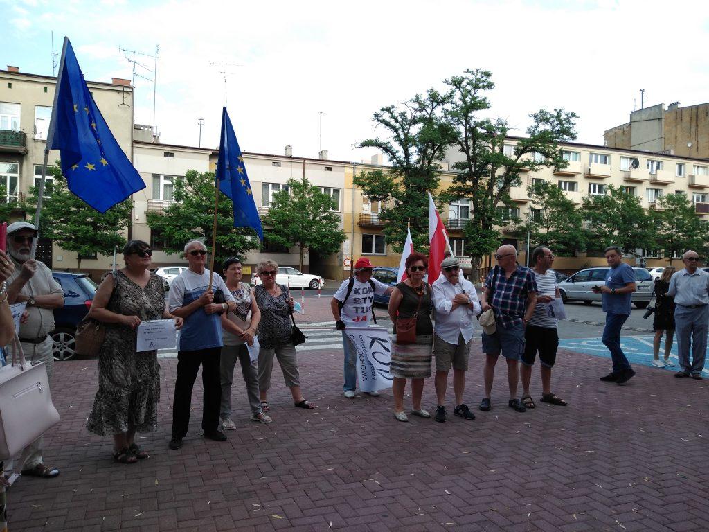 Pikieta w obronie sądów. Protestowali, bo chcą niezależnych sędziów oraz Polski w Unii Europejskiej 7