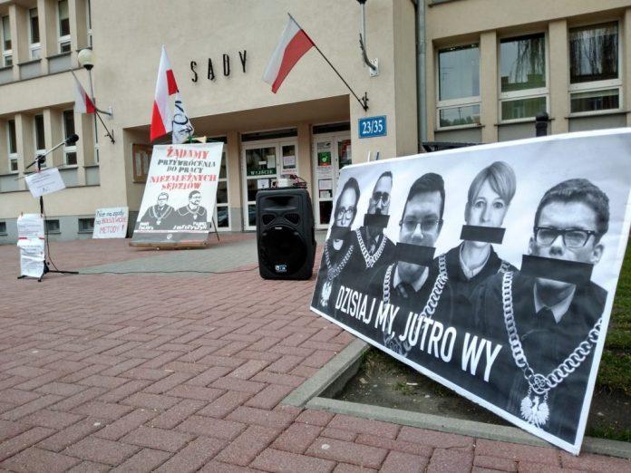 Protest przed częstochowskim sądem w obronie zawieszonego przez ministra Ziobro sędziego Synakiewicza 2