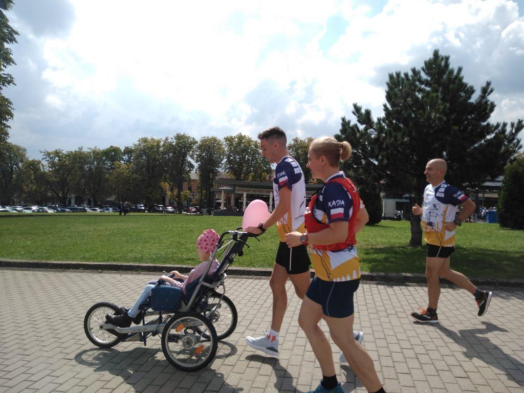 Z Częstochowy do Rzymu. 23-latek przebiegnie 1500 kilometrów, aby zbierać fundusze na leczenie 8-latki 14