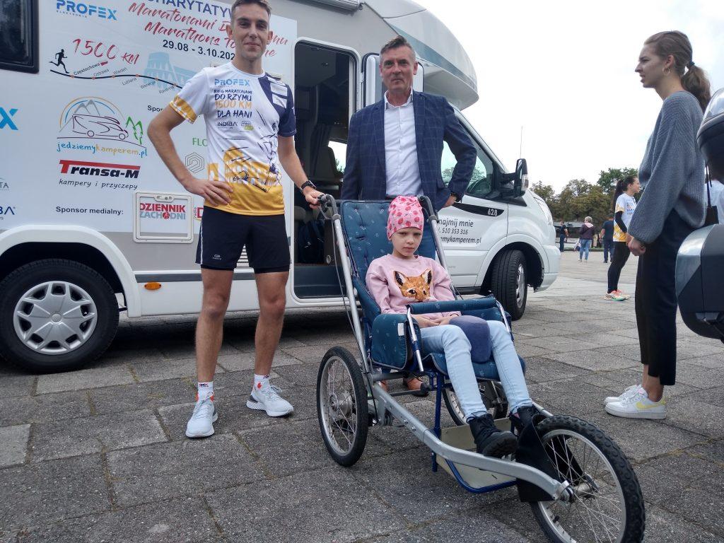 Z Częstochowy do Rzymu. 23-latek przebiegnie 1500 kilometrów, aby zbierać fundusze na leczenie 8-latki 2