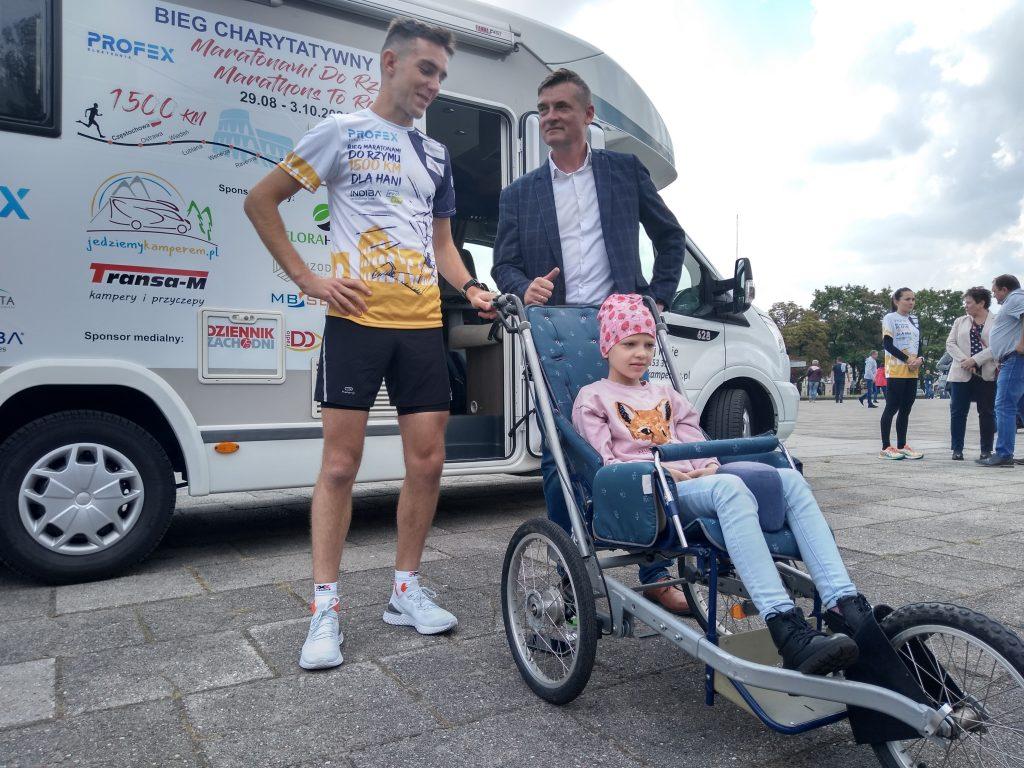 Z Częstochowy do Rzymu. 23-latek przebiegnie 1500 kilometrów, aby zbierać fundusze na leczenie 8-latki 3