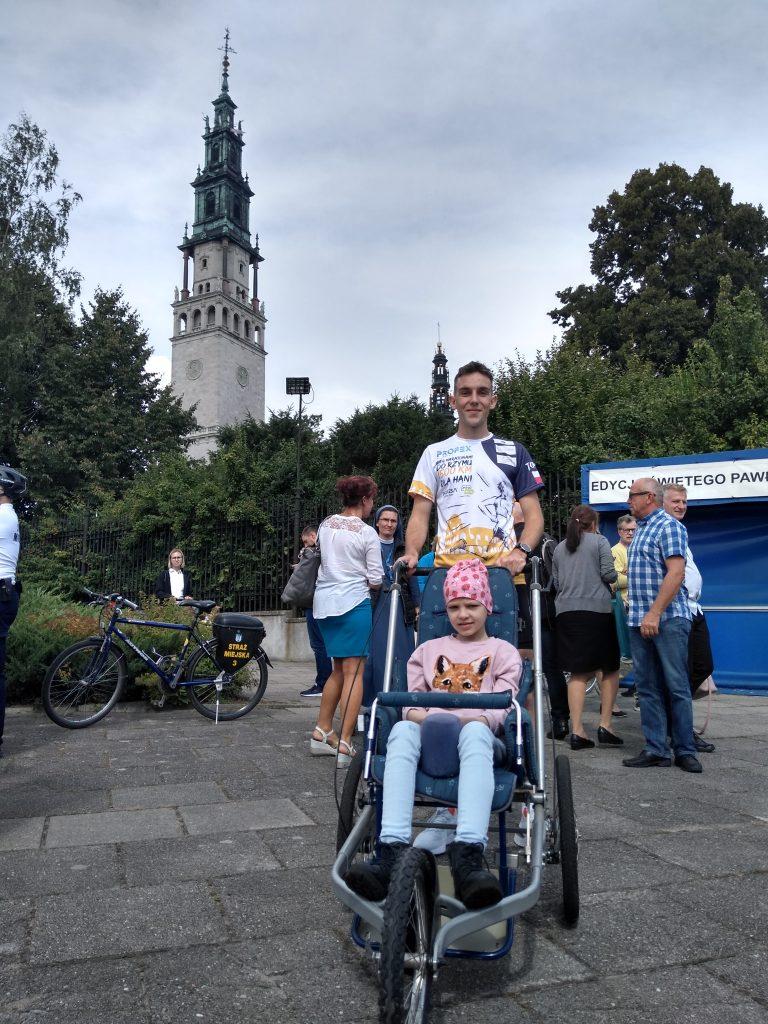 Z Częstochowy do Rzymu. 23-latek przebiegnie 1500 kilometrów, aby zbierać fundusze na leczenie 8-latki 4
