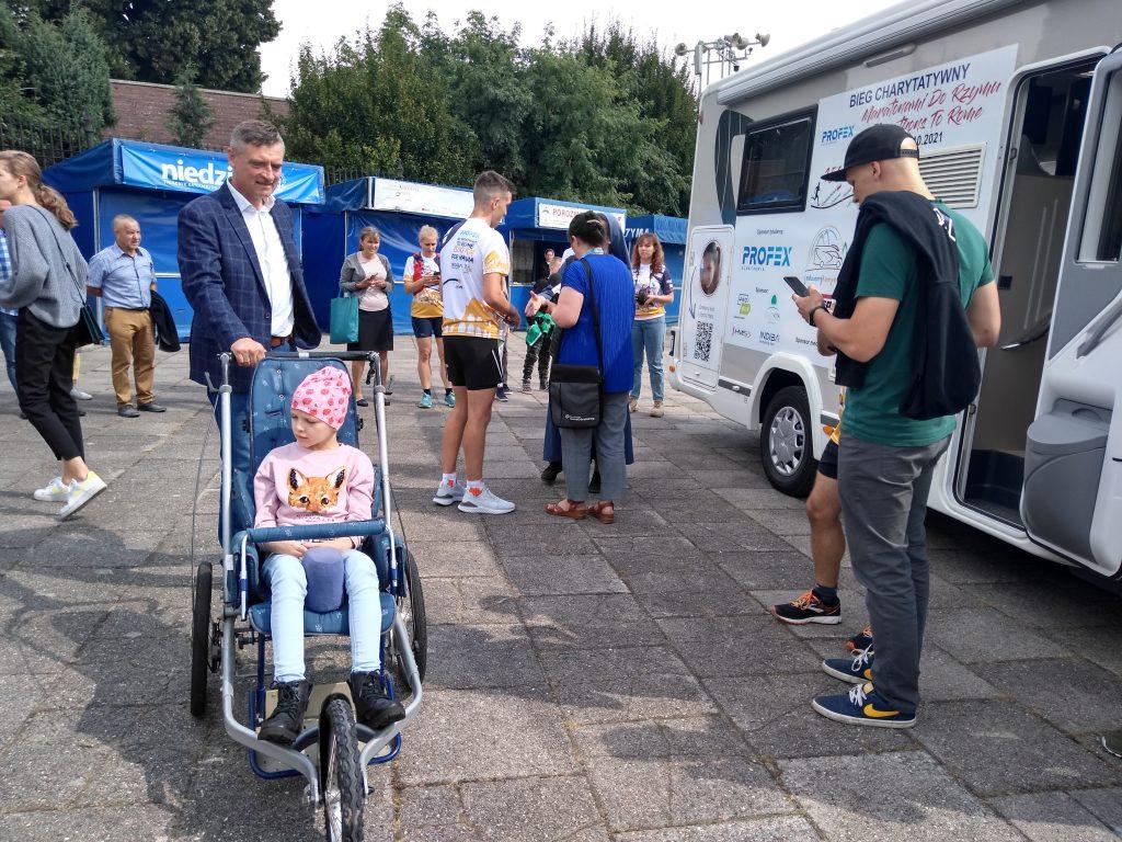 Z Częstochowy do Rzymu. 23-latek przebiegnie 1500 kilometrów, aby zbierać fundusze na leczenie 8-latki 6