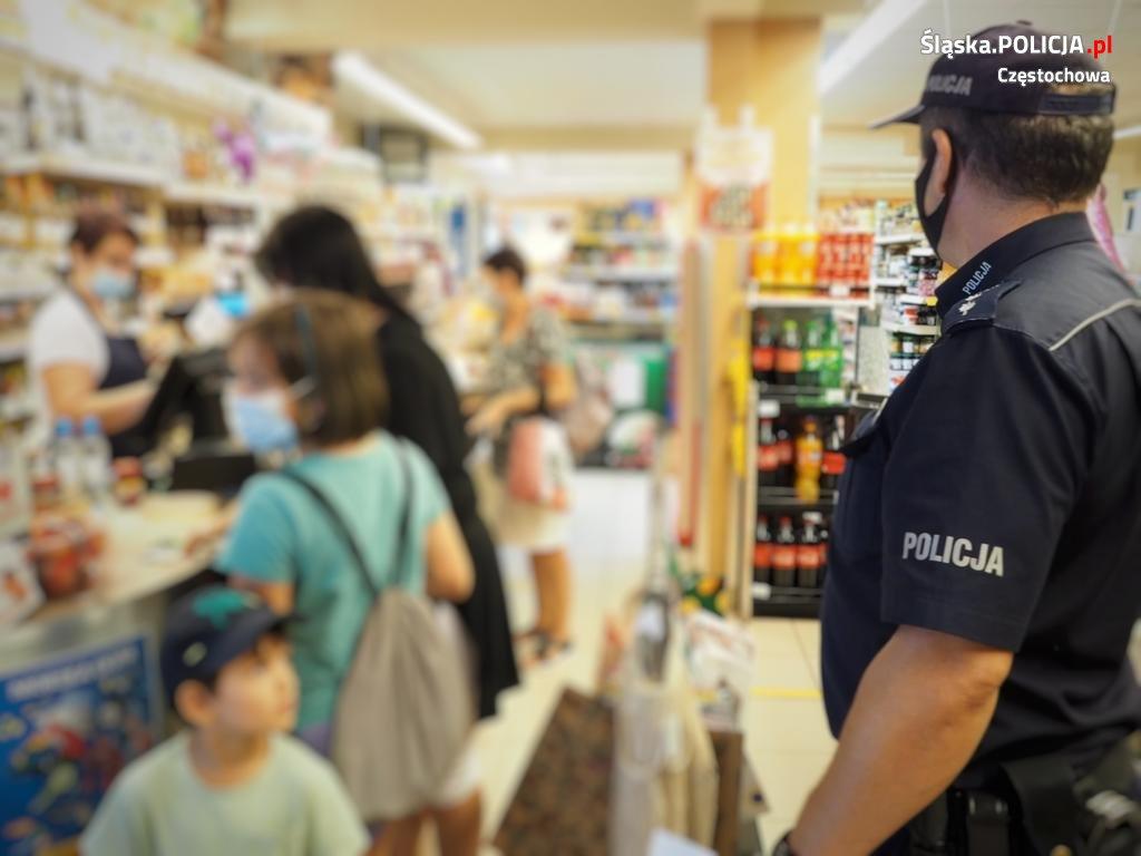 Częstochowscy policjanci apelują o ostrożność, w Polsce nadal jest stan epidemii. 1