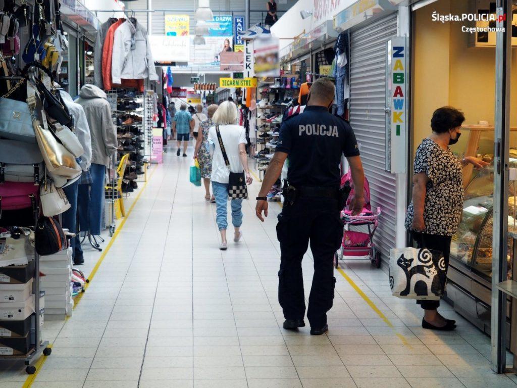 Częstochowscy policjanci apelują o ostrożność, w Polsce nadal jest stan epidemii. 3