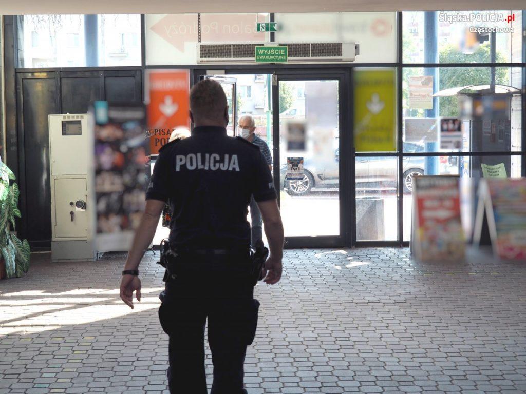 Częstochowscy policjanci apelują o ostrożność, w Polsce nadal jest stan epidemii. 4