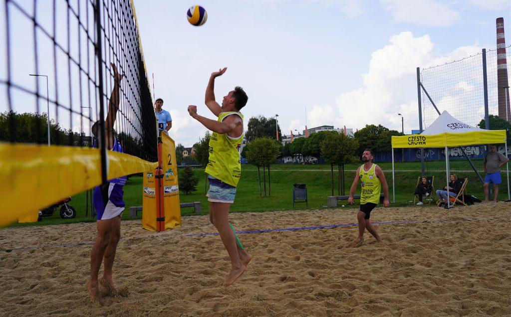 Oldboje rywalizowali w otwartych mistrzostwach Częstochowy w siatkówce plażowej 9