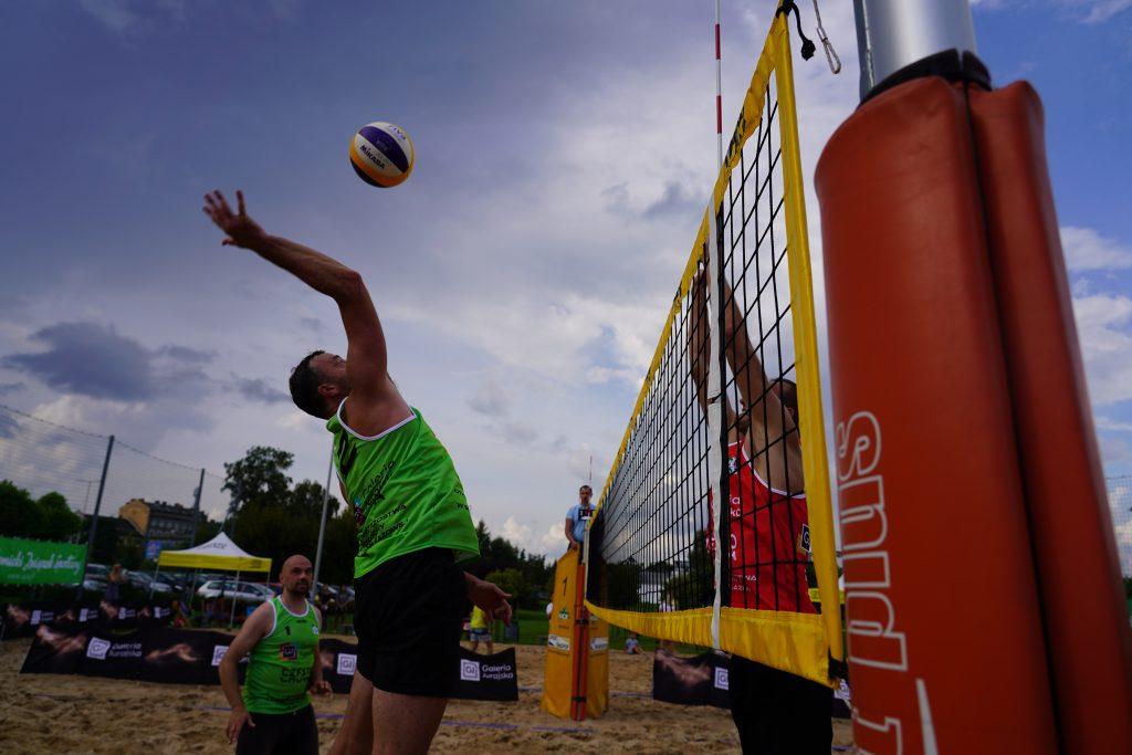 Oldboje rywalizowali w otwartych mistrzostwach Częstochowy w siatkówce plażowej 10