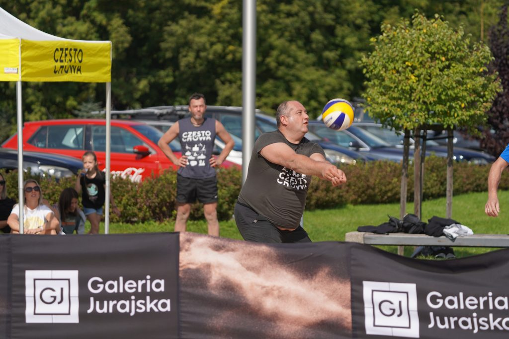 Oldboje rywalizowali w otwartych mistrzostwach Częstochowy w siatkówce plażowej 17